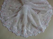 Elastische bestickte  Spitze aus St Gallen in weiß mit rosa 21cm breit