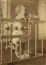 PHOTO ANCIENNE - VINTAGE SNAPSHOT - ENFANT BÉBÉ PARC BIBERON JOUET DEBOUT DRÔLE