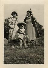 PHOTO ANCIENNE - VINTAGE SNAPSHOT - ENFANT CHAMP TRAVAIL JARDIN - CHILD GARDEN 4
