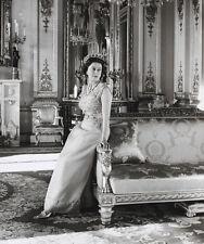 Queen Elizabeth II 10 x 8 UNSIGNED photo - P1041
