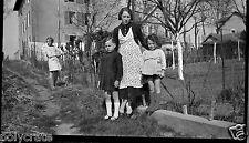 Portrait femme avec enfants jardin extérieur - négatif photo ancien an. 1940