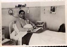 snapshot lit malade faisant des collages hopital avec écouteurs hospitalisation