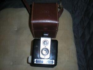 Appareil photo Kodak Brownie Flash avec sacoche d'origine en cuir marron.