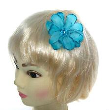 petit bleu fleur de cheveux avec strass centrer sur un petit barrette