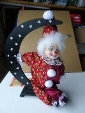 Pierrot sur un croissant de lune, tête en porcelaine ht 28 L. 21 cm neuf