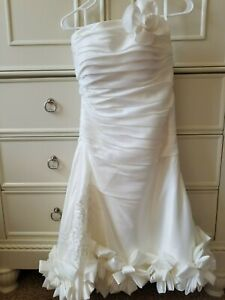 Beautiful Knee-Length Beach Style Strapless Wedding Dress Size 6 Flower Lapel