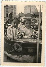 PHOTO ANCIENNE - ENFANT MANÈGE FÊTE FORAINE DRÔLE - CHILD FUNNY-Vintage Snapshot