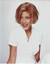 TORI SPELLING 8 X 10 PHOTO WITH ULTRA PRO TOPLOADER