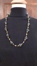 collier vintage perles verre blanc, plastique noires et grises, métal doré/bijou