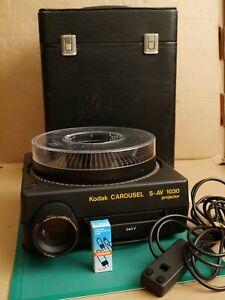 Kodak Carousel S-AV 1030 Slide Projector, Zoom Lens, Tray, Remote Control & Case