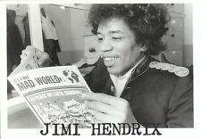 Carte Postale Postcard Chanteur JIMI HENDRIX lit son journal Mad World