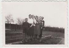 (F17534) Orig. Foto Personen auf einem Holzbalken, Beete 1941