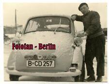 Orig Foto Mann posiert mit Auto BMW Isetta aus Berlin in Finnland /Lappland 1958