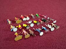 HO SCALE LOT OF 20 PEOPLE FIGURES - ROLLER SKATERS + CATS DOG FIRE HYDRANTS +