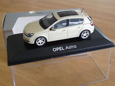 Opel Astra H Limousine Modellauto 1:43 papyrus met.