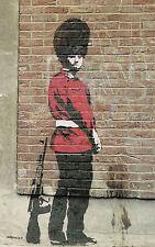 Encadrée banksy street art imprimé – queens garde royale ayant un wee (graffiti)