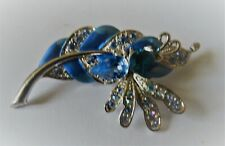 Broche vintage en métal argenté ,émail et cristal