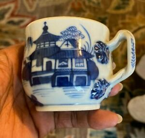 SMALL ANTIQUE CHINESE BLUE AND WHITE CUP
