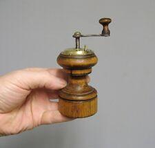 Ancien petit moulin à poivre.