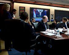 PRESIDENT BARACK OBAMA WATCHES STATEMENT FROM HOSNI MUBARAK  8X10 PHOTO (AB-162)