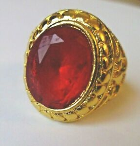 NEW..MENS GOLD TONE RING WITH 'CARNELIAN' TYPE STONE & EMBOSSED SIDE DETAIL.