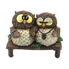 Funny Gufi - Verliebtes Eulenpaar sitzt auf Holzbank