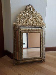 Elegante specchio da parete vintage. Armadietto.