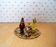 1:12  Miniatur Parfüm Flakons auf goldfabenem Tablett (025)
