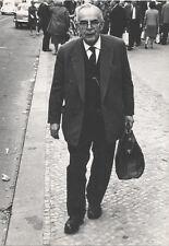 Gerhard Ullmann: Mann mit Aktentasche, gestempelt