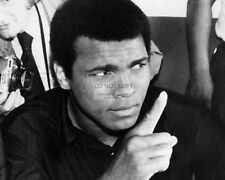 MUHAMMAD ALI ADDRESSES THE MEDIA LEGENDARY BOXER - 8X10 PUBLICITY PHOTO (ZY-161)