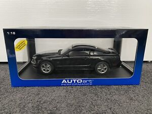 AutoArt 1/18 Ford Mustang GT 2005 - Black With Silver Stripes