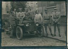 Première Guerre Mondiale 1914/18, Soldats posant devant une Voiture  Vintage sil