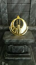Médaillon athena pendentif métal doré.  Idéal pour cosplay ou deco saint seiya
