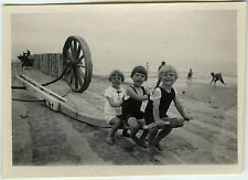 PHOTO ANCIENNE - ENFANT MER REMORQUE BATEAU GAG - CHILD SEA FUN-Vintage Snapshot