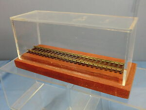 """SCALE""""00""""   7"""" RAIL  PERSPEX DISPLAY CASE WITH WOODEN PLYTH  MIB"""