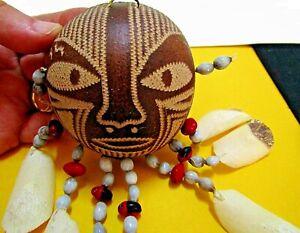 Masque décoratif amazonien avec graines de jungle et écailles de pirarucu.