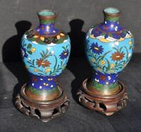 Chine - Paire de vases cloisonnés sur socle
