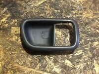TOYOTA AVENSIS 97-02 O/S FRONT OFFSIDE DRIVERS SIDE DOOR HANDLE TRIM 69277-05011