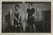 PHOTO ANCIENNE - VINTAGE SNAPSHOT - SPORT HOCKEY FEMME MODE DRÔLE - FASHION