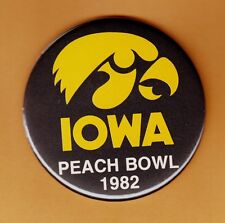 1982 IOWA HAWKEYES PEACH BOWL 3 1/2 inch PINBACK BUTTON UNSOLD CONCESSIONS STOCK