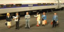 Spur 0 - Bachmann  6 Figuren auf dem Bahnsteig -- 33160 NEU