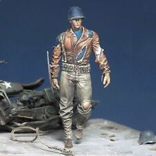 Royal Model 1/35 Universal Soldier with Ripped Outfit carrying Metal Shield 780