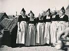 VOLENDAM c. 1950 - Jeunes Femmes Costumes Traditionnels Pays bas - DIV8429