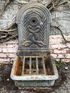 Fontaine murale d'extérieur en fonte