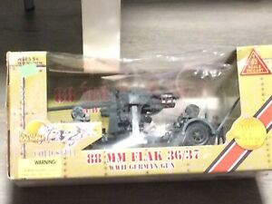 1/32 scale ultimate soldier 32x cold steel die cast 88mm Flak in box +2 figures