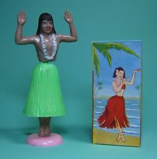 HAWAiiAN DANCER ORiGiNAL PINUP HULA GIRL 1957 SEXY GRÜN HAWAI TÄNZERiN + OVP!