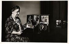 Niederlande, Königin Wilhelmina, mit Fotoalbum / Ansichtskartenalbum