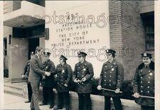1976 Press Photo Policemen Outside 43rd Precinct Station New York City