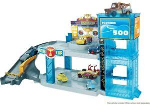 Mattel Disney Cars FWL70 Florida 500 Rennbahn-Parkhaus