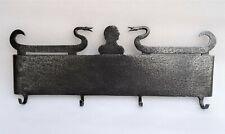 superbe archelle à décor de profil d'homme et serpents en fer forgé 18-19ème